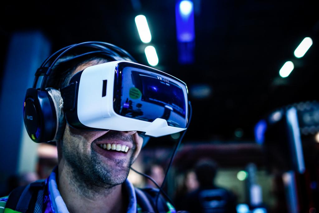 Ein Kunde probiert eine VR-Brille aus
